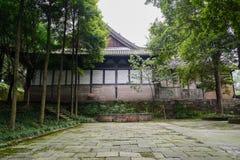 在古老中国大厦前的被遮蔽的石板路面 免版税库存照片