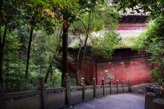 在古老中国大厦附近的被遮蔽的石楼梯在夏天af 免版税库存图片