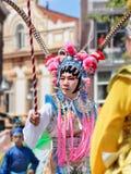 在古老中国歌剧服装打扮的亚裔人参加提耳堡大学T游行,荷兰 免版税库存照片