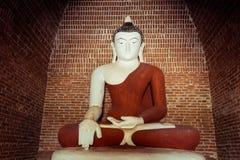 在古老佛教塔废墟里面的菩萨雕象 缅甸 库存照片