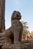 在古老佛教寺庙的狮子雕象 库存照片
