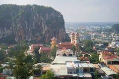 在古老佛教寺庙的看法在早晨薄雾岘港市,越南的大理石山 免版税库存照片