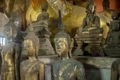 在古老佛教寺庙Wat Maak Mong, Luang Pra的budda雕象 库存照片