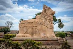 在古老印度寺庙的楠迪(公牛)雕象 免版税库存照片