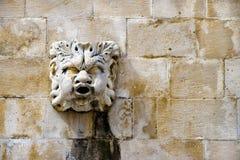 在古老喷泉, o结构上详细资料的石屏蔽形象  图库摄影
