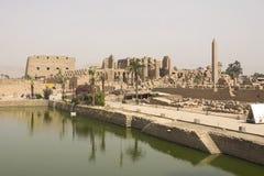 在古老埃及大厦和废墟附近的一个池塘 免版税库存照片