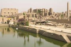 在古老埃及大厦和废墟附近的一个池塘 图库摄影