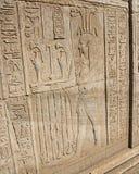 在古老埃及寺庙墙壁上的象形文字的雕刻 库存图片