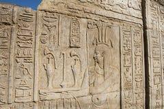 在古老埃及寺庙墙壁上的象形文字的雕刻 库存照片