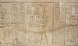 在古老埃及寺庙墙壁上的象形文字的雕刻 免版税库存图片
