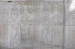 在古老埃及寺庙墙壁上的象形文字的雕刻 图库摄影