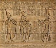 在古老埃及寺庙的象形文字的雕刻 图库摄影