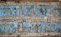 在古老埃及寺庙的象形文字的雕刻 库存图片