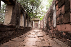 在古老城堡的走道与窗口和门石题字在自然, pimai城堡中 免版税库存照片