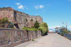 在古老堡垒下墙壁的散步  意大利savona 图库摄影