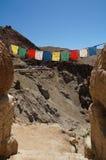 在古老堡垒和佛教徒修道院(Gompa) i的祷告旗子 免版税库存照片
