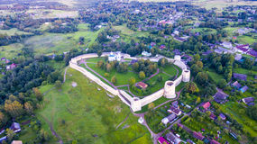 在古老堡垒Izborsk的寄生虫飞行 库存图片
