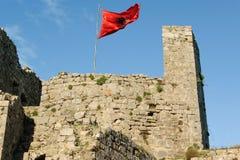 在古老堡垒Rozafa,斯库台,阿尔巴尼亚的阿尔巴尼亚旗子 库存照片