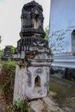 在古老塔或普朗侧视图的泰国灰泥样式 库存照片