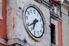 在古老墙壁上的一个时钟 免版税库存图片