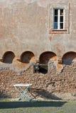 在古老墙壁下的干燥机架在意大利 免版税库存照片