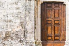 在古老墙壁的木门在托斯卡纳 免版税库存照片