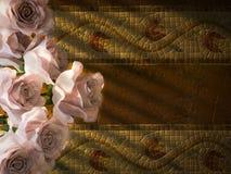 在古老墙壁装饰背景的白玫瑰 免版税库存图片