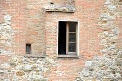 在古老墙壁,佩鲁贾,意大利的窗口 库存照片