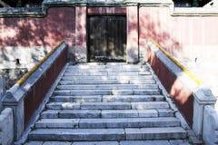 在古老大厦的石台阶 库存图片