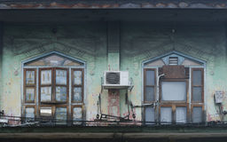 在古老大厦的窗口 免版税库存照片