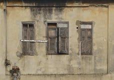在古老大厦的窗口 免版税库存图片
