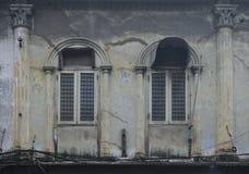 在古老大厦的窗口 免版税图库摄影