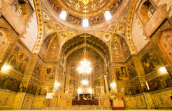 在古老大教堂里面的天花板有壁画的 免版税库存图片