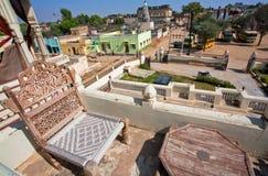 在古老宫殿和城市视图屋顶的椅子  库存图片