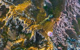 在古老岩石和领域的气球飞行在卡帕多细亚是kn 库存图片