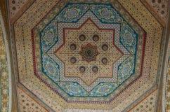 在古老巴伊亚好朋友的华丽handcarved木天花板插入物 免版税库存图片