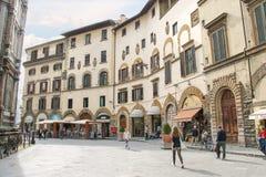 在古老意大利城市佛罗伦萨的街道上的人们 库存照片