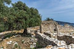在古老教会废墟的专栏在Aliki考古学站点, Thassos海岛,希腊 库存照片