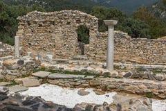 在古老教会废墟的专栏在Aliki考古学站点, Thassos海岛,希腊 免版税库存图片