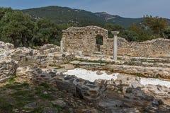 在古老教会废墟的专栏在Aliki考古学站点, Thassos海岛,希腊 免版税图库摄影