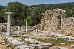 在古老教会废墟的专栏在Aliki考古学站点, Thassos海岛,希腊 图库摄影
