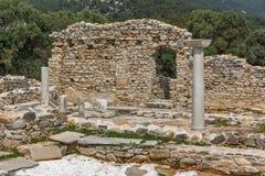 在古老教会废墟的专栏在Aliki考古学站点, Thassos海岛,希腊 免版税库存照片
