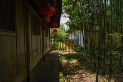 在古老木房子后的遮荫竹子晴朗的夏天afterno的 库存照片
