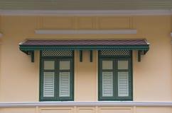 在古老样式,背景的木窗口经典之作 库存照片