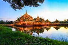 在古老泰国启迪的亭子, Samutparkan,泰国 免版税图库摄影