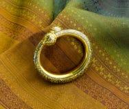 在古老泰国样式的金黄镯子设计 免版税库存照片