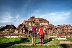 在古老泰国的废墟的夫妇 免版税库存图片