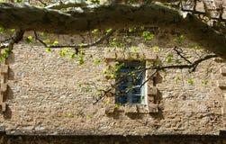 在古老石墙的窗口 免版税库存图片