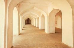 在古老石宫殿里面的空的走廊在印度 免版税库存照片