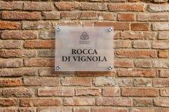 在古老维尼奥拉城堡,意大利墙壁上的信息标志  库存图片